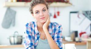 Femme de sourire avec la tasse du café et du journal dans la cuisine Photos libres de droits