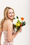 Femme de sourire avec le bouquet des fleurs Images libres de droits