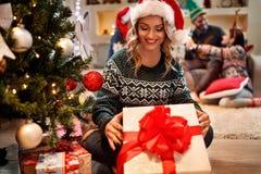 Femme de sourire avec le cadeau de Noël Photos libres de droits