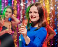 Femme de sourire avec le champagne à la partie Photos libres de droits