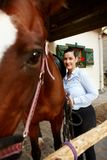 Femme de sourire avec le cheval photos libres de droits