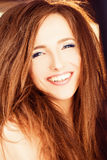 Femme de sourire avec le cheveu rouge Photo stock