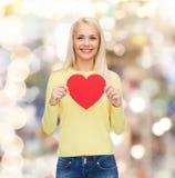 Femme de sourire avec le coeur rouge Photographie stock libre de droits