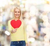 Femme de sourire avec le coeur rouge Image libre de droits