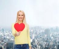 Femme de sourire avec le coeur rouge Photo stock