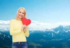Femme de sourire avec le coeur rouge Images stock