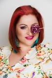 Femme de sourire avec le lollypop Photo stock