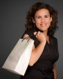 Femme de sourire avec le sac à provisions photos libres de droits