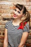 Femme de sourire avec le T-shirt rayé et une proue Photographie stock