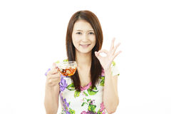 Femme de sourire avec le thé photo stock