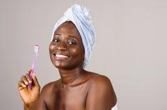 Femme de sourire avec les dents saines tenant la brosse à dents photos libres de droits