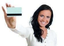 Femme de sourire avec par la carte de crédit. Image stock