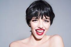 Femme de sourire avec de pleines lèvres et peau parfaite d'isolement sur le fond gris Portrait de belle fille avec les lèvres rou image libre de droits