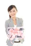 Femme de sourire avec un cadeau Photo libre de droits