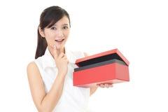 Femme de sourire avec un cadeau Image libre de droits