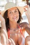 Femme de sourire avec un chapeau de paille Images libres de droits