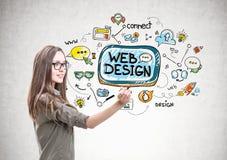 Femme de sourire avec un marqueur, web design images stock
