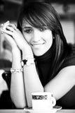 Femme de sourire avec une cuvette de café Photo stock