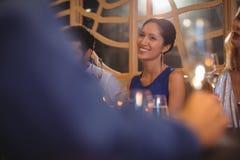 Femme de sourire ayant le champagne avec leurs amis Images libres de droits