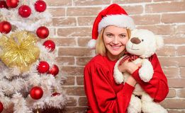 Femme de sourire célébrant Noël Fille heureuse dans le chapeau du père noël Cadeaux de Noël de la livraison Partie de nouvelle an photographie stock