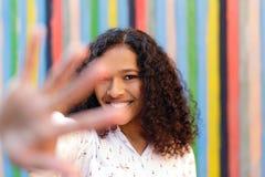 Femme de sourire cachant son visage avec la paume Photos libres de droits