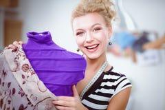 Femme de sourire de couturier tenant le mannequin proche dans le bureau Photographie stock