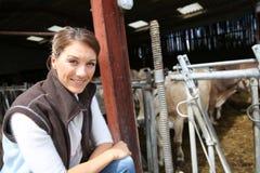 Femme de sourire d'éleveur dans la grange Photo libre de droits