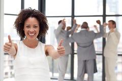 Femme de sourire d'affaires affichant l'esprit d'équipe Photos stock