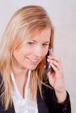 Femme de sourire d'affaires au téléphone Photo stock