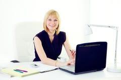 Femme de sourire d'affaires de Beautiul au bureau Photo stock