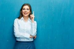 Femme de sourire d'affaires dirigeant le doigt à l'espace de copie Shir blanc photos libres de droits