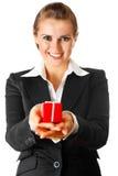 Femme de sourire d'affaires jugeant présente dans des mains Photo libre de droits
