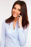 Femme de sourire d'affaires parlant au téléphone Photographie stock