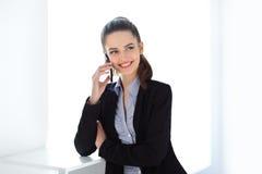 Femme de sourire d'affaires parlant du téléphone portable Image stock