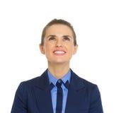 Femme de sourire d'affaires recherchant sur l'espace de copie Images stock