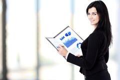 Femme de sourire d'affaires tenant le document sur le presse-papiers Photographie stock libre de droits