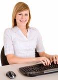 Femme de sourire d'affaires travaillant sur un ordinateur photographie stock