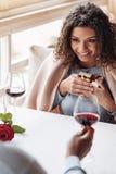 Femme de sourire d'Afro-américain ayant la date dans le restaurant Photos stock