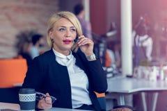 Femme de sourire d'agent avec des casques Portrait de travailleur de centre d'appels au bureau photo stock
