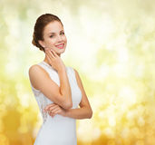 Femme de sourire dans la bague à diamant de port de robe blanche Photos stock