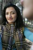 Femme de sourire dans la forêt Photographie stock