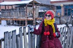 Femme de sourire dans la neige images libres de droits