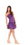 Femme de sourire dans la robe violette photo stock