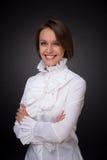 Femme de sourire dans la vrille blanche de chemise images stock