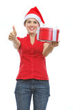 Femme de sourire dans le chapeau de Santa avec le cadre actuel Photos stock