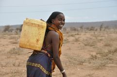 Femme de sourire dans le désert de l'Afrique de l'Est images stock