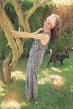Femme de sourire dans le rétro regard du jardin 70s Photo stock
