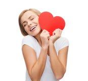 Femme de sourire dans le T-shirt blanc avec le coeur Photographie stock