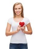 Femme de sourire dans le T-shirt blanc avec le coeur Image stock