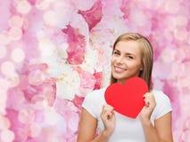 Femme de sourire dans le T-shirt blanc avec le coeur Photos stock